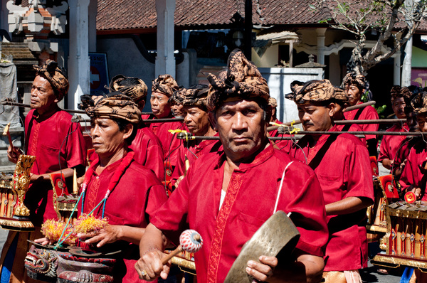 I came across a funeral procession on my return to Kuta.