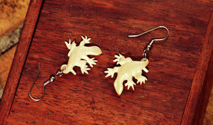 These gecko earrings are made from Natangura nut. Its dense, long-lived
