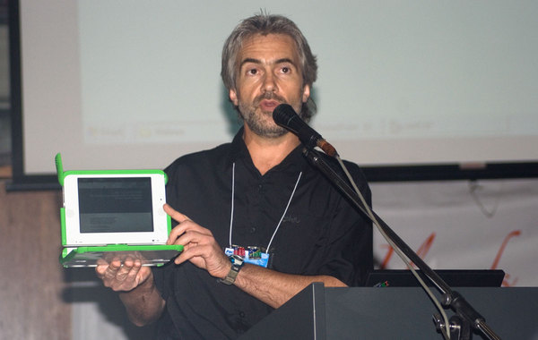David Leeming introduces the XO laptop to PacINET attendees during a plenary session. David, along with the other members of the OLPC Oceania committee, has been instrumental in building interest and support for this and other critical improvements in communications in the Solomon Islands and throughout the  Pacific Region.
