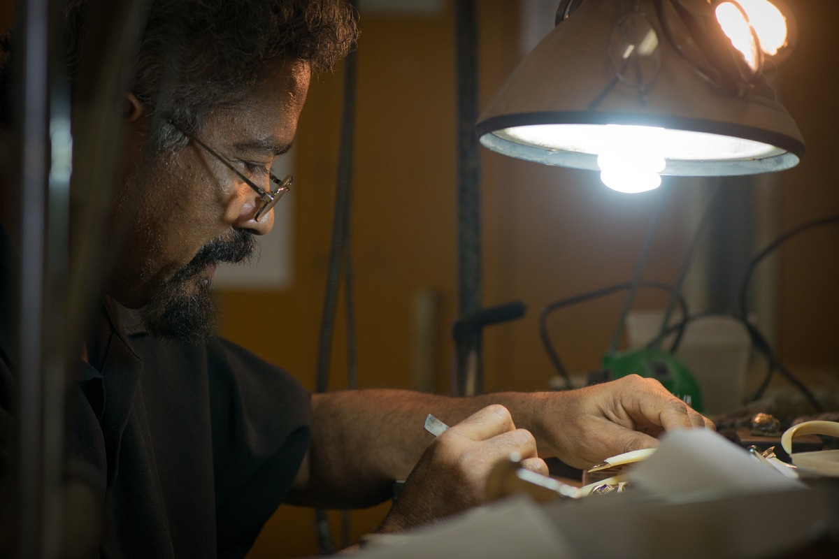 Bijouterie Vanuatu employs master NI Vanuatu jewellers, some of whom have been working in the craft for decades.