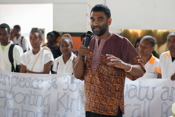 Executive Director of Greenpeace International Kumi Naidoo speaks to Vanuatu youth about climate change.